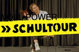 Power Schultour; Frau sitzend auf Stuhl