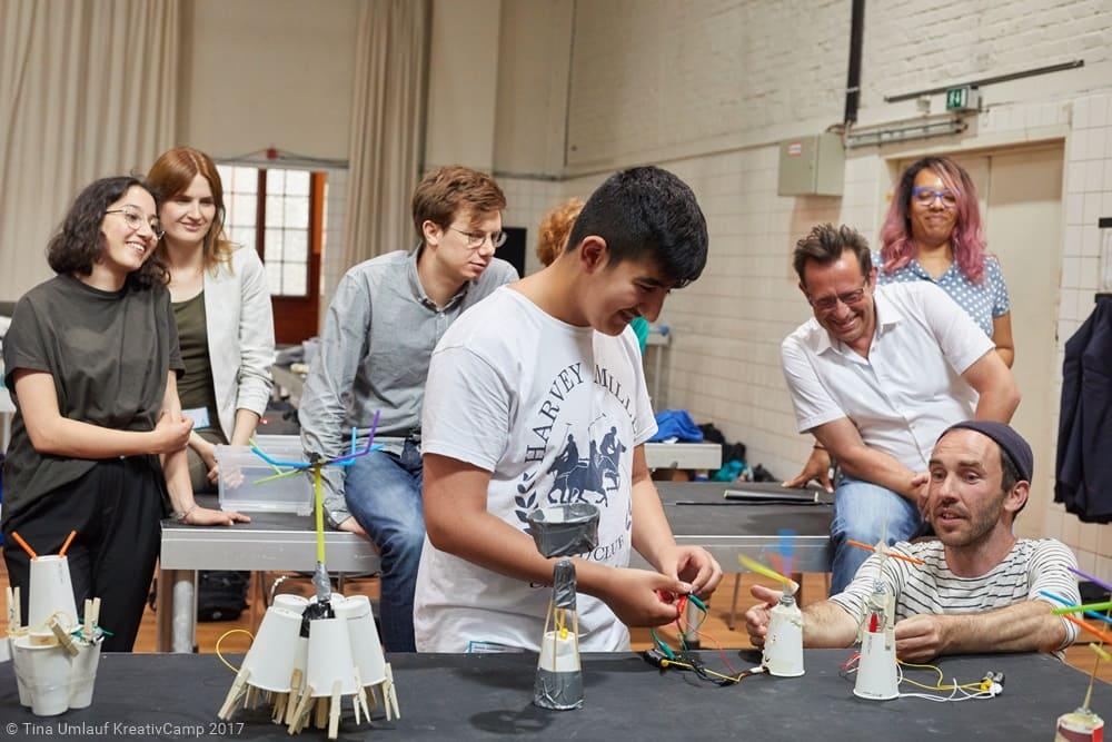 Schüler arbeiten gemeinsam an einem Projekt