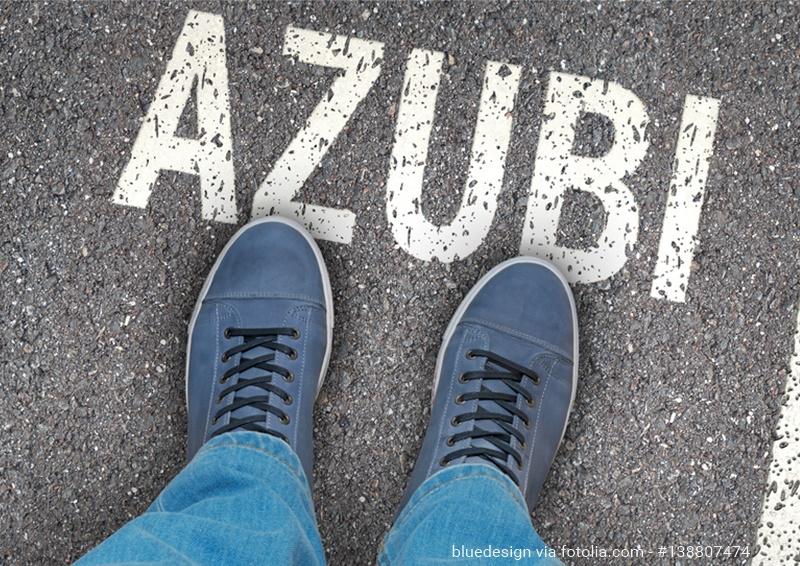 Azubi als Schriftzug auf einer Straße; Füße zeigen auf das Wort