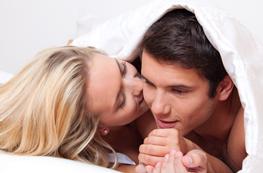 Mädchen und Junge liegen nebeneinander im Bett